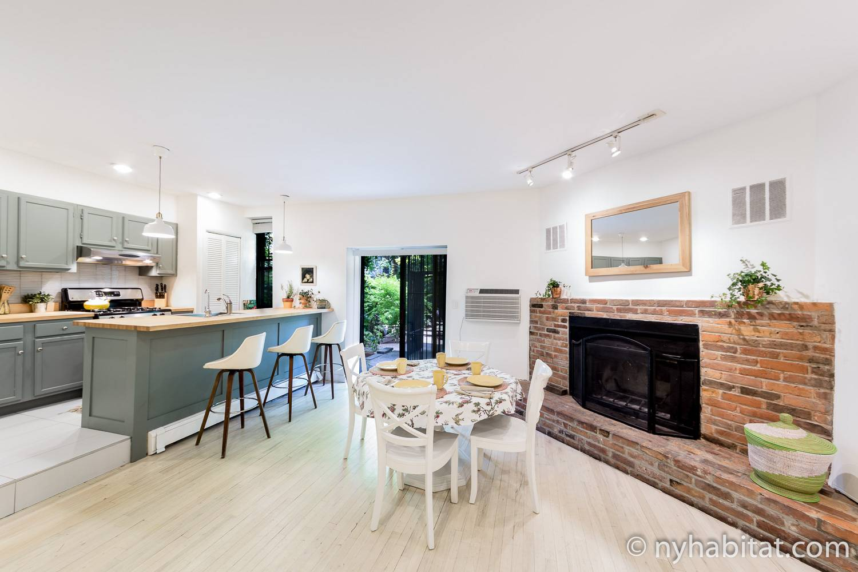 Immagine della cucina e della sala da pranzo con camino nell'appartamento ammobiliato con una camera da letto a Boerum, Brooklyn, NY-15838
