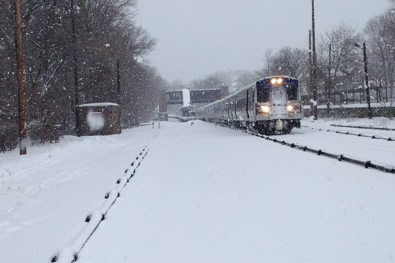 Immagine di un treno su binari coperti di neve (Photo Credit: Metropolitan Transportation Authority)