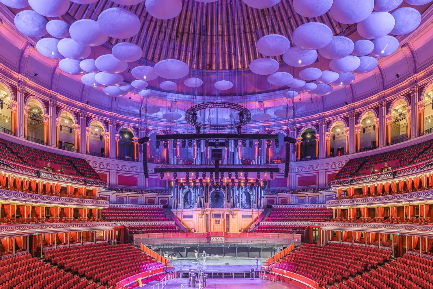 Immagine di una vista centrale del Royal Albert Hall in toni di viola.