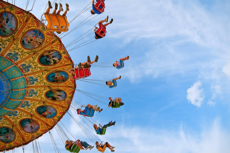 Immagine di altalene in un parco divertimenti (Photo credit: Unsplash)