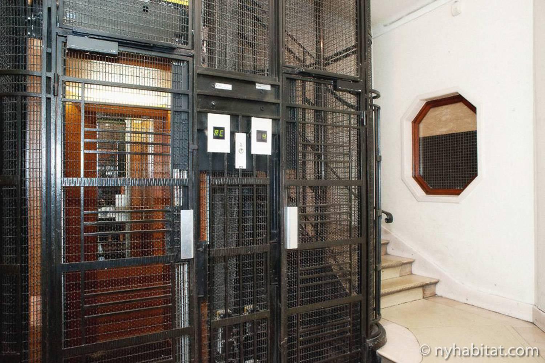 Foto di un vano ascensore circondato da una scalinata in un edificio di Parigi