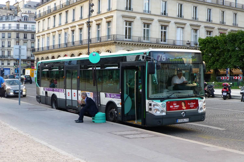 Foto di un autobus in sosta a una fermata degli autobus di Parigi