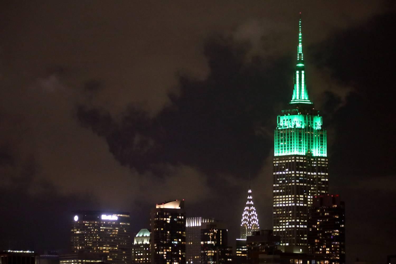 Immagine dell'Empire State Building illuminato di verde per la festa di San Patrizio