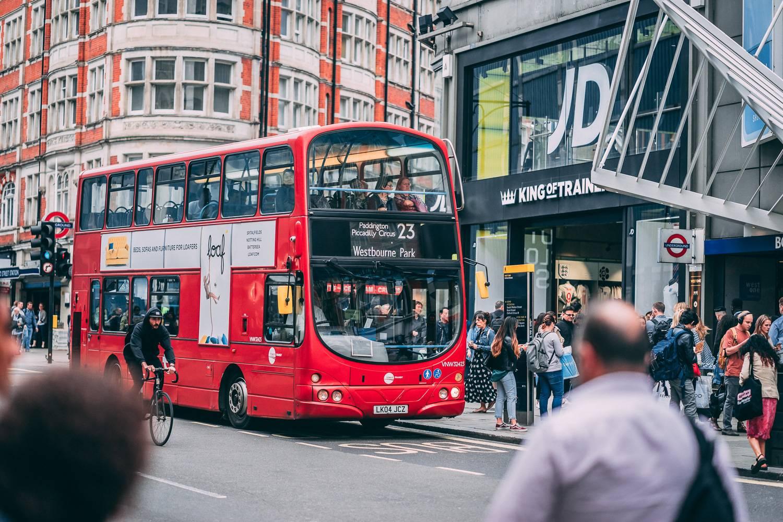 Immagine di un autobus londinese a due piani nel cuore della città.