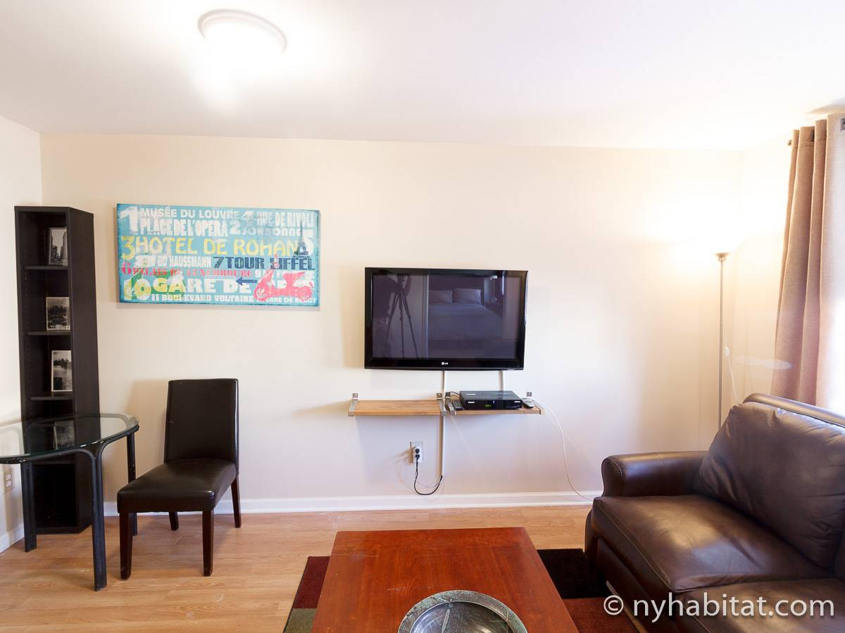 Living room - Photo 4 of 7