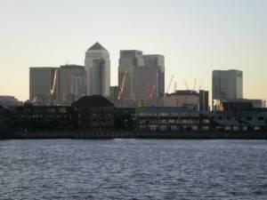 Sentado al borde del Támesis: Canary Wharf, Londres
