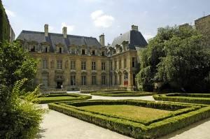 Explorando los edificios en el Marais, París