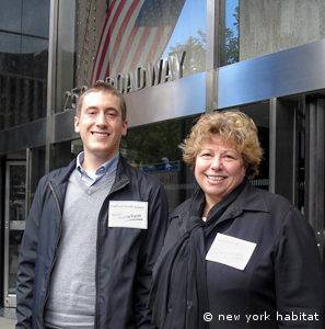 New York Habitat a la entrada de la Audiencia Pública que se celebró en el 250 de Broadway, Nueva York