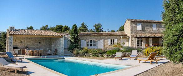 Picture of an outdoor dining table, swimming pool and country house in Goult, Provenza