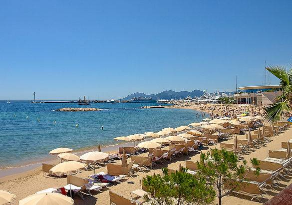 Imagen de la playa de la Croisette en Cannes y del Mar Mediterráneo