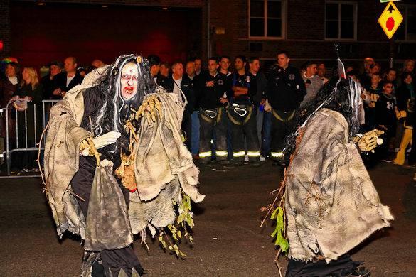 Imagen de dos personas disfrazadas de brujas para el Desfile de Halloween de Nueva York