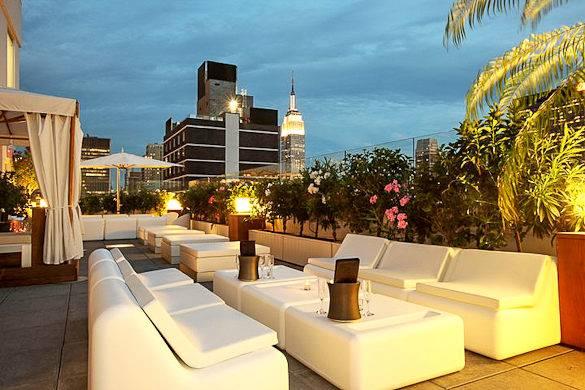 Imagen del lounge del Sky Room, con vistas del Empire State en el Midtown Manhattan