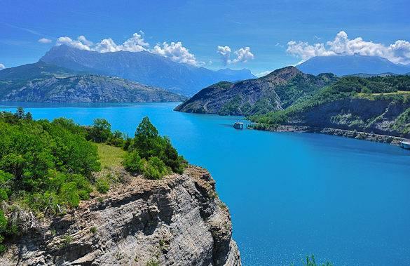 Vistas de las aguas azules del lago de Serre-Ponçon en el sur de los Alpes franceses