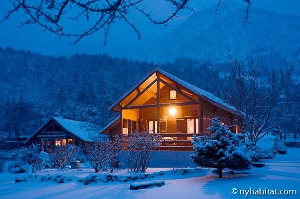 Fotografía del chalet de madera de dos dormitorios de La Bâtie Neuve cubierto de nieve