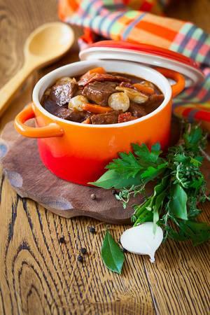 Imagen de un plato provenzal específico de invierno hecho con carne de caza