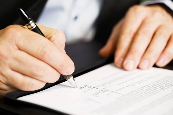 Foto de una firma de contrato de alquiler de apartamento