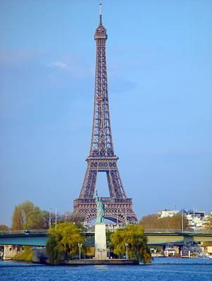 Imagen de la Torre Eiffel y una pequeña Estatua de la Libertad en París