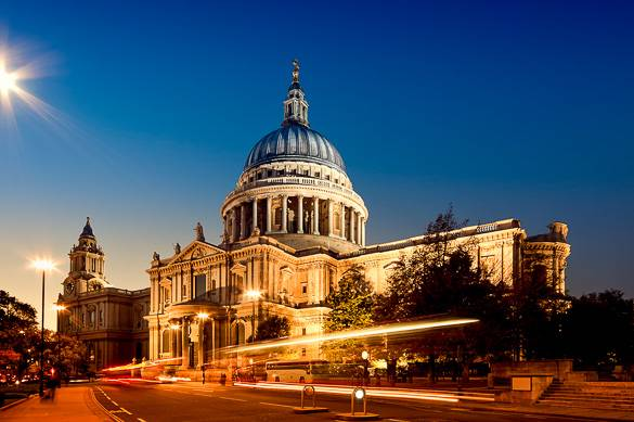 Imagen de la Catedral de San Pablo de noche en la City, Londres