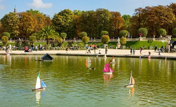 Imagen de los veleros en el estanque del Jardin du Luxembourg en París