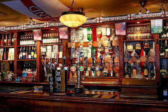 Foto de un pub tradicional tomada en Londres, Inglaterra