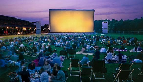 Fotografía del visionado de una película en el cine de verano Cinéma en Plein Air