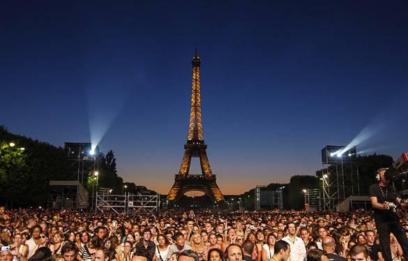 Fotografía de un concierto al lado de la Torre Eiffel de París durante el verano