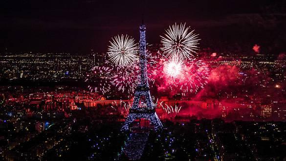 Fotografía del espectáculo de fuegos artificiales del Día de la Toma de la Bastilla en París