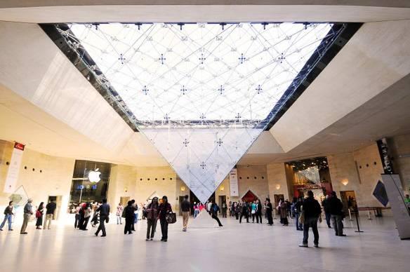 Fotografía del Carrousel du Louvre y el tragaluz en forma de pirámide invertida