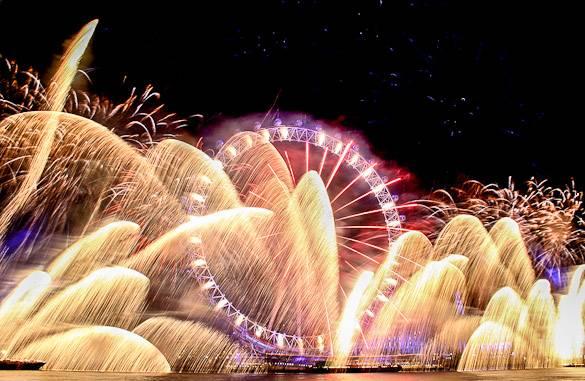 Imagen de los fuegos artificiales en el London Eye en Nochevieja