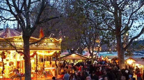 Imagen del mercado navideño Southbank Centre a lo largo del río Támesis en Londres
