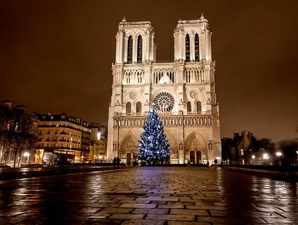 Imagen de Notre Dame de París y un árbol de Navidad
