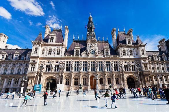 Imagen de una pista sobre hielo frente al Ayuntamiento de París