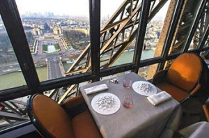 Fotografía del restaurante Le Jules Verne de la Torre Eiffel, París.