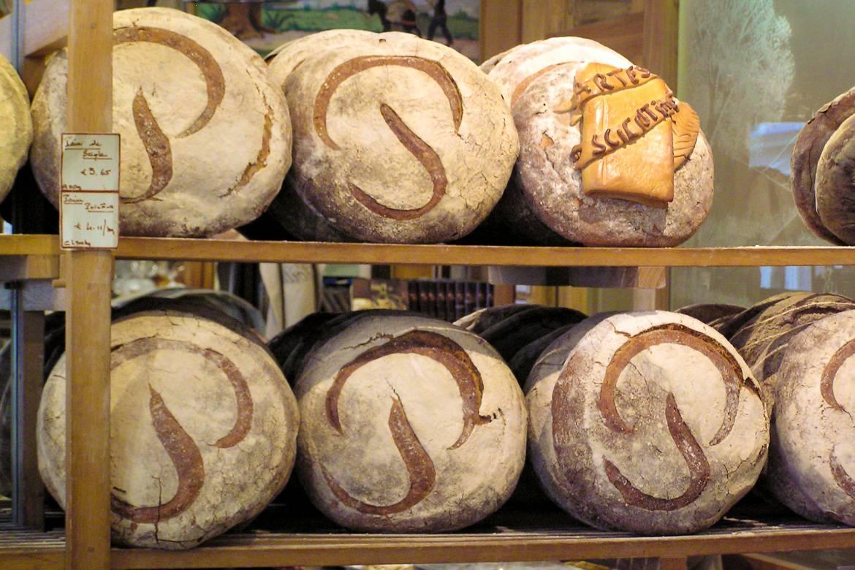 Foto del famoso pan de masa fermentada en la panadería parisina Poilâne