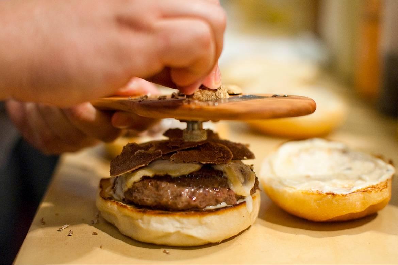 La creación de la Bash Style Burger en el Burger & Barrel Wine Pub de nueva York