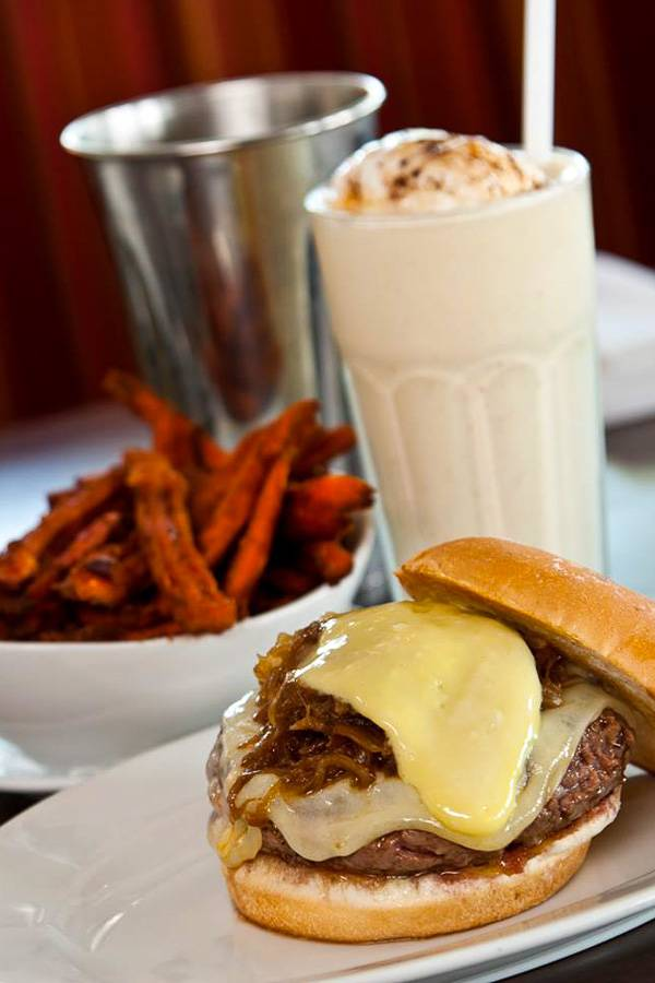 Foto de una Five Napkin Burger y un batido en Hell's Kitchen, Nueva York