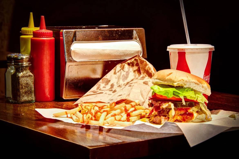 Foto de una hamburguesa con patatas en una hamburguesería de Nueva York.