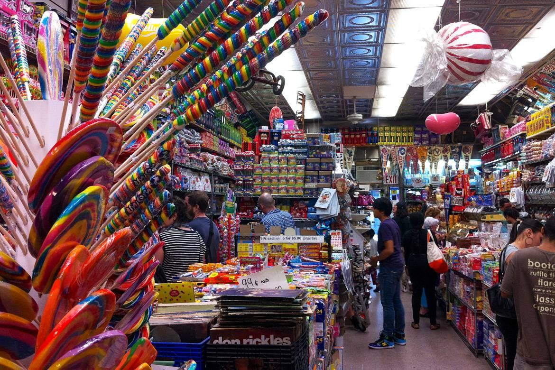 Imagen de Economy Candy en Rivington Street durante un día típico