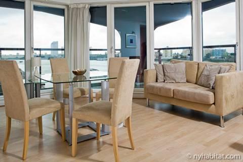 Fotografía de un apartamento soleado en Canary Wharf, Londres.