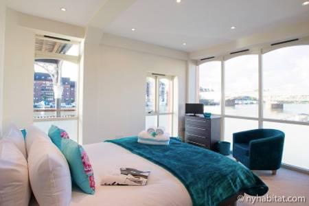 Fotografía de un soleado dormitorio que da al rio Támesis.