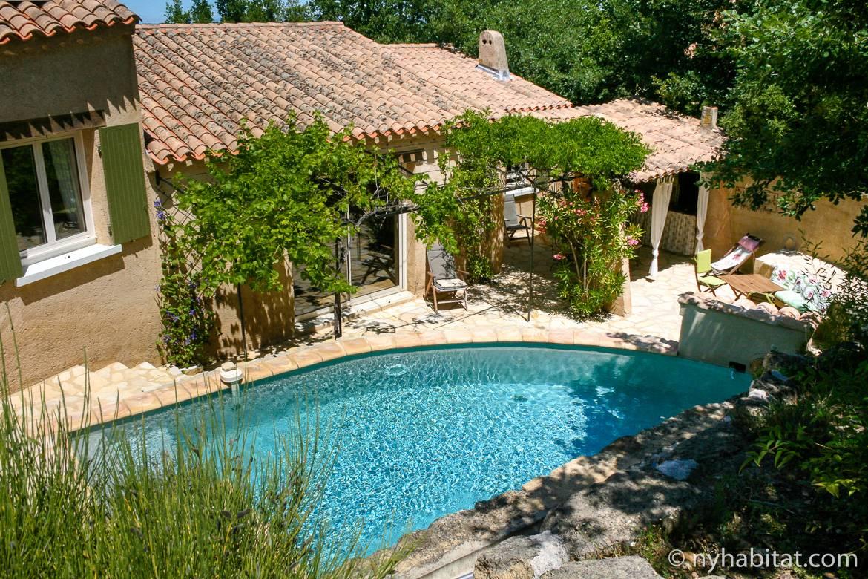 Imagen de una villa en Aviñón y su terraza y piscina
