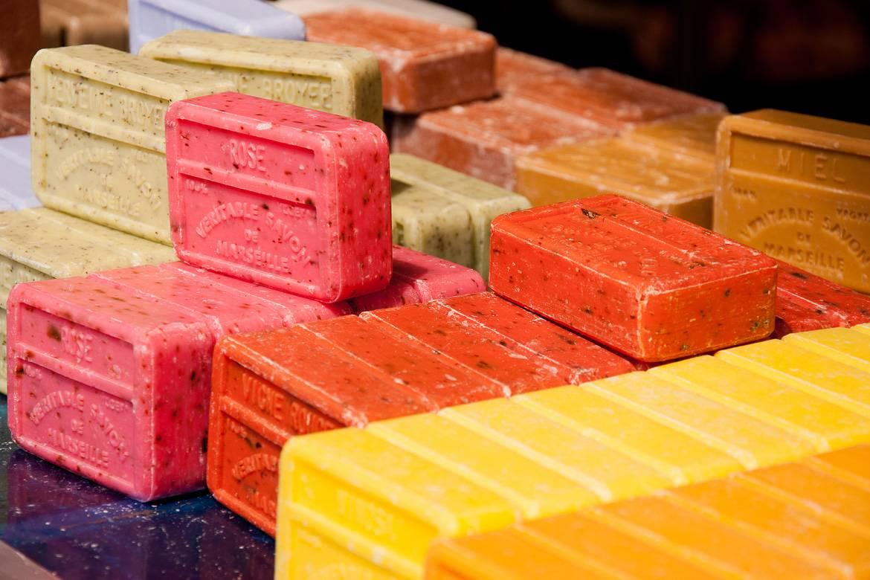 Una foto de las barras del Savon de Marseille, un jabón perfumado hecho en Provenza