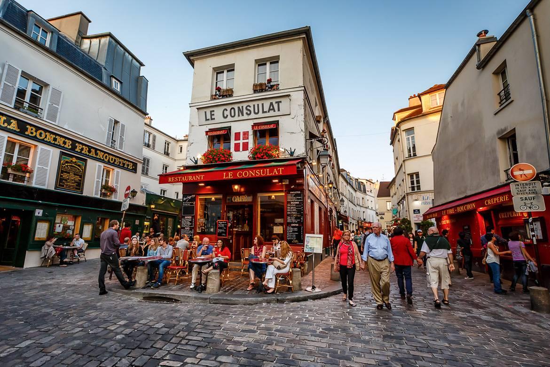 Un restaurante de París con terraza.