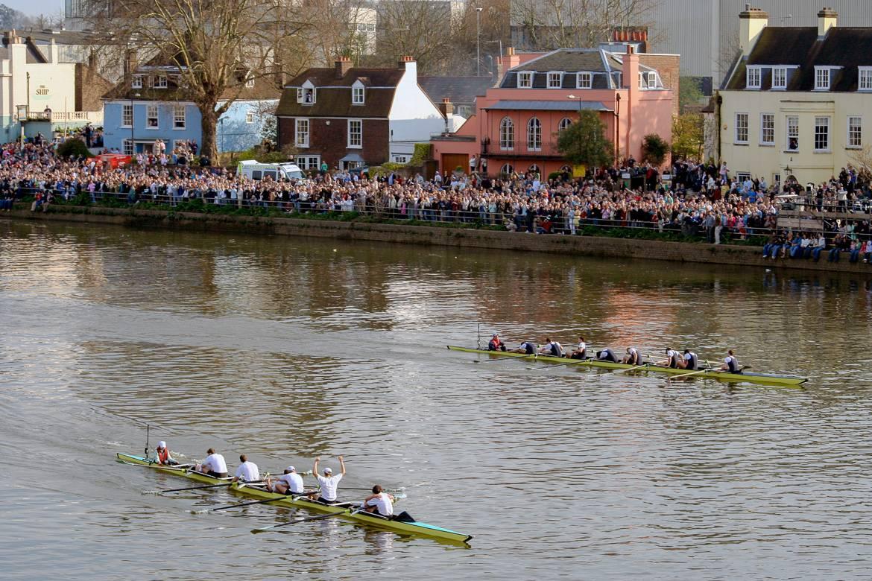 La carrera de regatas de Oxford contra Cambridge es uno de los eventos de remo más famosos del mundo