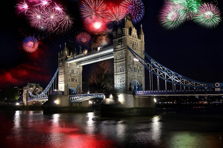 Los fuegos artificiales aparecen de detrás del Tower Bridge
