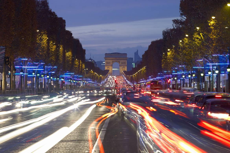 No se olvide de ver cómo se ilumina París desde los Campos Elíseos