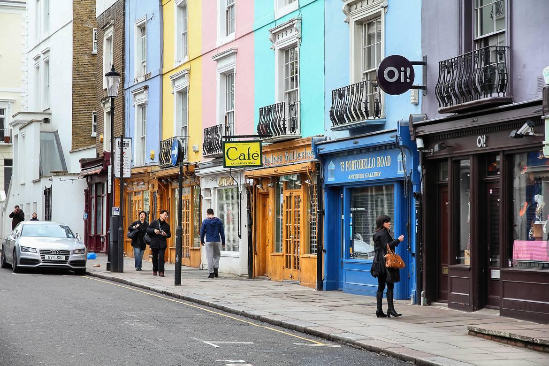 Muchas cafeterías y tiendas llenan las calles de Notting Hill