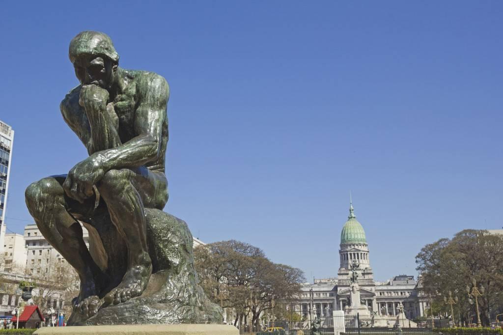 Imagen de El pensador, la estatua del escultor Rodin situada en una plaza pública.