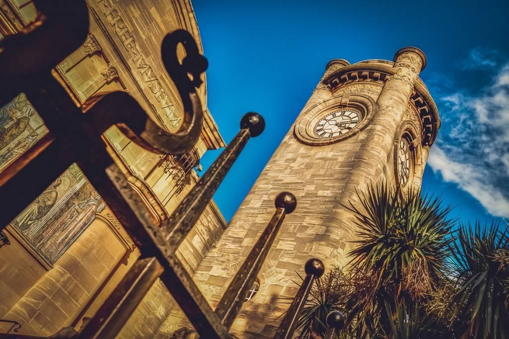 Imagen de la torre del reloj del museo Horniman de estilo neorrománico en Londres
