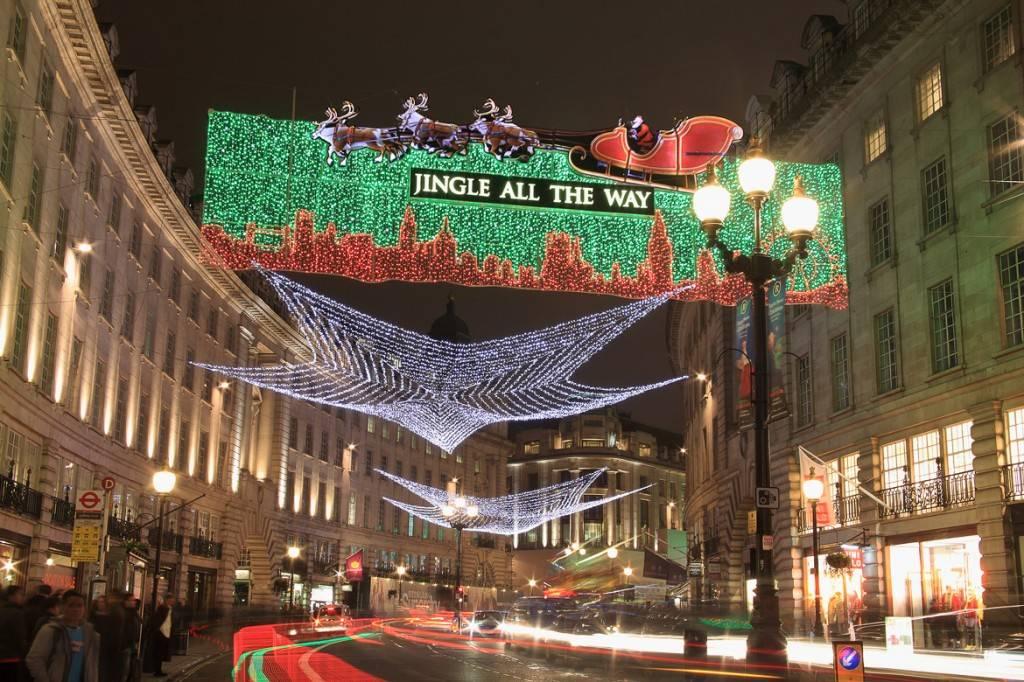 Imagen de las luces navideñas decorativas en Regent Street durante la estación invernal